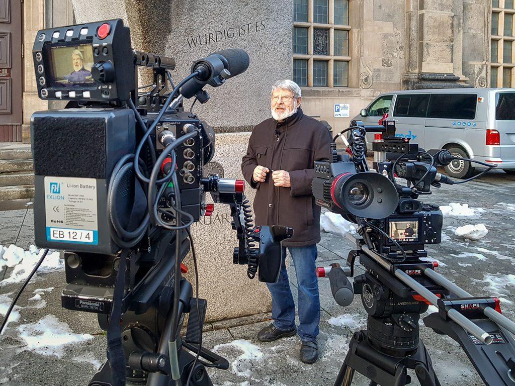 """Harald Bretschneider am Denkmal """"Schwerter zu Pflugscharen"""""""
